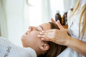 אישה עוברת טיפול פנים אצל אורית קדים - קוסמטיקאית בעומר