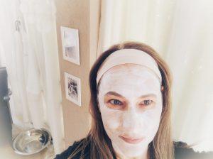 פיגמנטציה ומריחת לחות קיצית מרעננת בטיפול פנים הם מהלך תקין