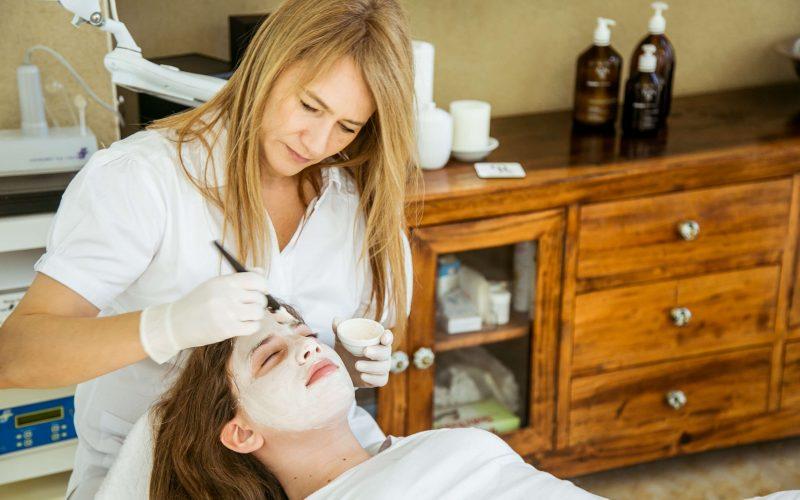 טיפול פנים למתבגרת, טיפול קוסמטי בקליניקה, לנערה הסובלת מאקנה - אורית קדים